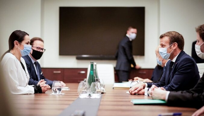 Makrons Viļņā ticies ar Tihanovsku; gatavs uzņemties starpniecību Baltkrievijas krīzes risināšanā