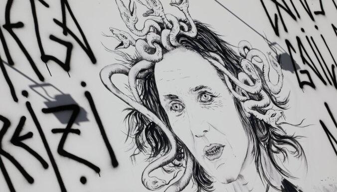 ФОТО. Протест возле Академии художеств в Риге: Шуплинску изобразили в виде Медузы Горгоны