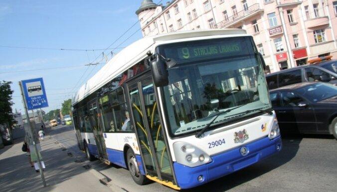 В субботу общественный транспорт и парковка в Риге будут бесплатными