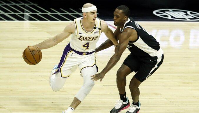 'Clippers' Rondo debijā uzvar čempioni 'Lakers'