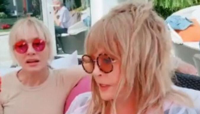 Video: Pugačova un Vaikule bārstās ar divdomīgiem jociņiem