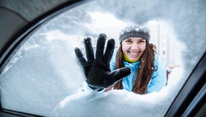Ko darīt, ja automobilim aizsalst durvis, filtrs vai stāvbremze
