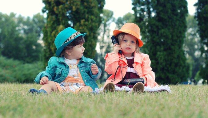 Mazais vēl nemāk runāt, bet telefonu jau prasa. Kas jāzina vecākiem?
