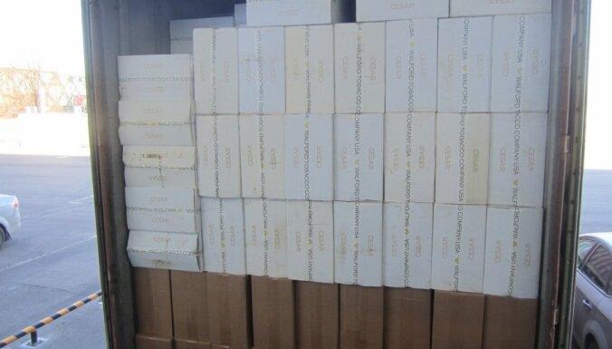 No Singapūras vestā konteinerā kartona glāžu vietā atrod miljoniem cigarešu