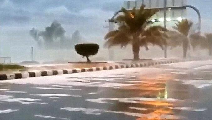 Video: Saūda Arābiju šogad klāj pirmais sniegs