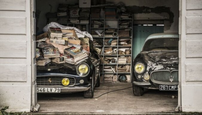 Foto: Pamestā fermā Francijā atrod miljoniem vērtus retro auto