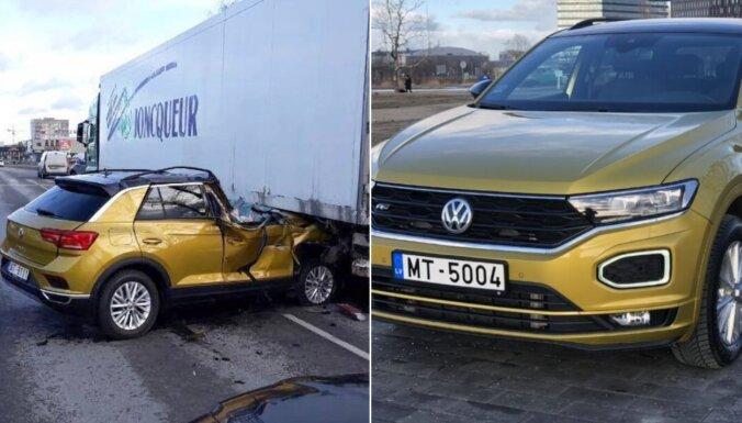 Avārijā Rīgā saplacināts VW pārdošanas sludinājumā atgriežas kā bonbonga