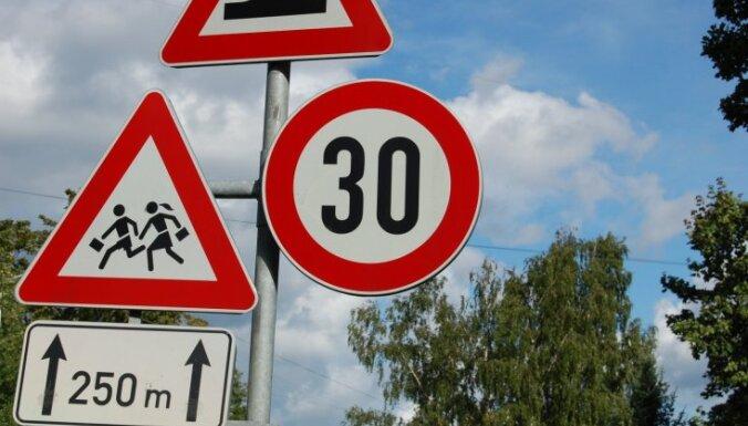 Воры украли в Курземе десятки дорожных знаков: ущерб составил почти 4 000 евро