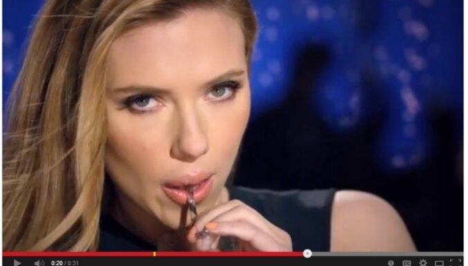 Atsakās demonstrēt reklāmu, kurā Skārleta Johansone 'seksīgi' reklamē dzērienu gatavošanu