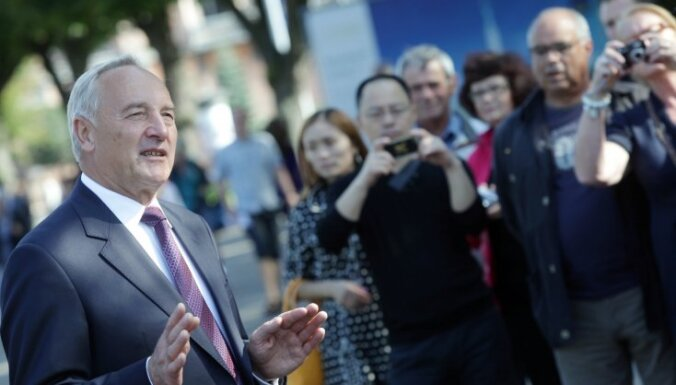 Берзиньш не обещает подписать поправки об урезании ВНЖ