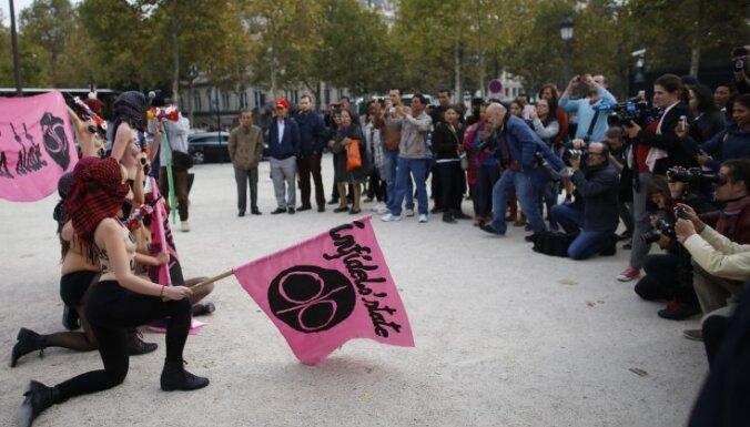 """Femen устроили голый протест против """"Исламского государства"""""""