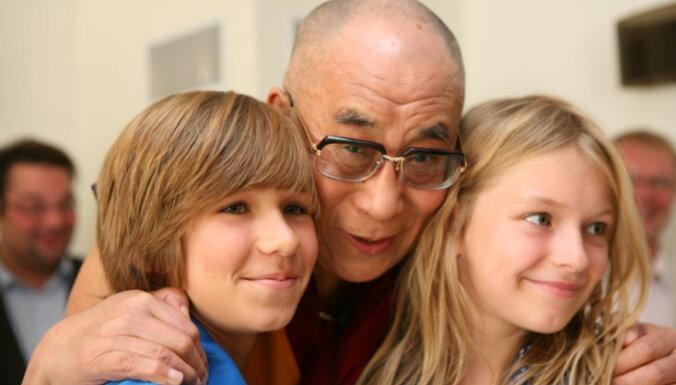 Нам промыли мозги, будто деньги ‒ источник счастья. Что сказал Далай-лама XIV перед учениями в Риге