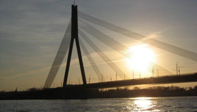Мужчина ночью спрыгнул в Даугаву с Вантового моста
