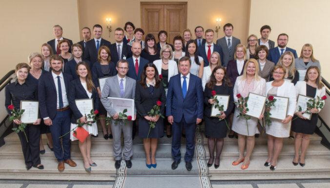 Valsts pārvaldes darbiniekiem pasniedz MK Atzinības rakstus par iestāšanos OECD