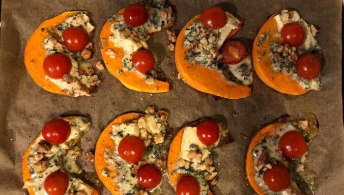Krāsnī cepts ķirbis ar zilo sieru, tomātiem un valriekstiem