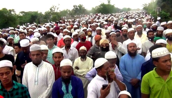 Foto: Bangladešā islāmista bērēs pulcējas 100 000 socializēšanās ierobežojuma pārkāpēji