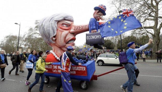 """Тысячи британцев вышли на улицы. Они требуют нового референдума о """"брексите"""""""