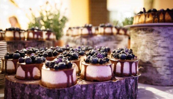 Robežu nav! Rudens kāzu tortē var iestrādāt pat sūnas un melleņu zariņus