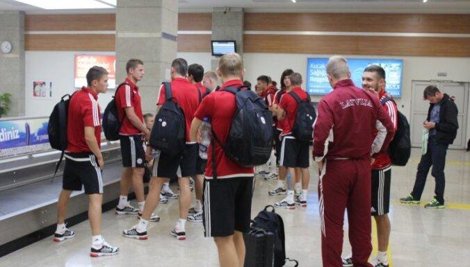 Foto: Latvijas futbolisti ierodas svelmainajā Turcijā