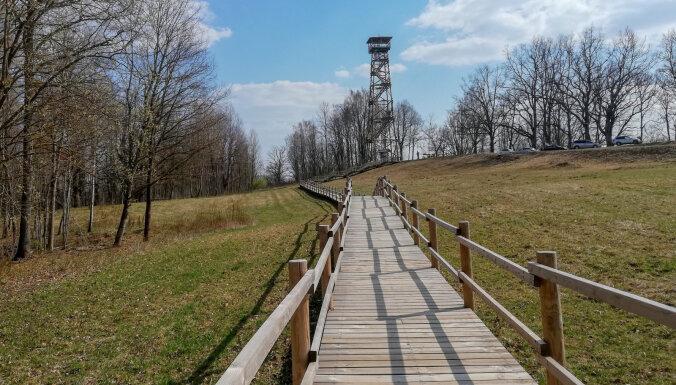 Foto: Meņģeles skatu tornis un pavasarīgā dabas taka