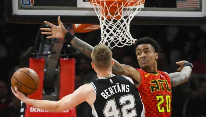 Dāvim Bertānam četri precīzi tālmetieni 'Spurs' uzvarā pār 'Hawks'