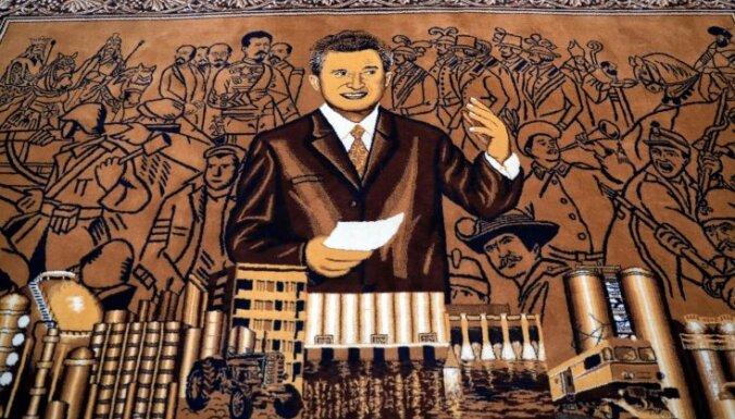 Foto: Čaušesku 100. jubilejā izsola diktatora mantas