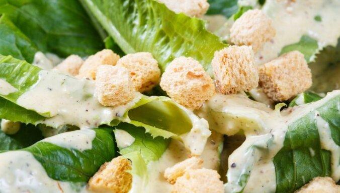Kā pagatavot dievīgu Cēzara salātu mērci