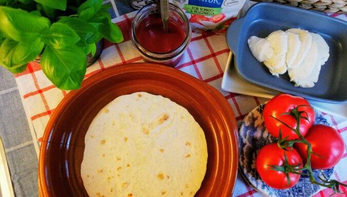 Ātrās tortilju picas ar tomātiem un mocarellu