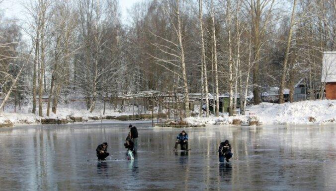 В Земгале под лед провалился 81-летний рыбак