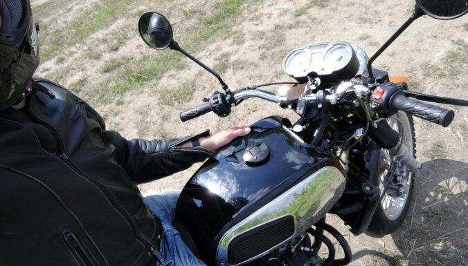 Deputāti atceļ daļu no ierobežojumiem braukšanas mācībām ar mopēdu vai motociklu