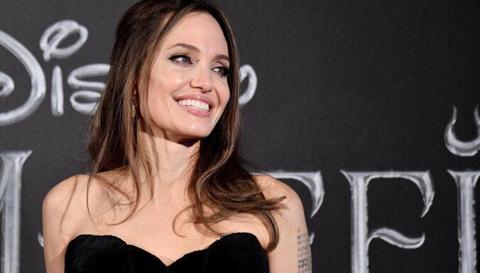 Анджелину Джоли подозревают в лесбийском романе