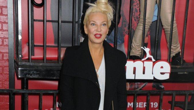 Dziedātāja Sia adoptējusi divus 18 gadus vecus puišus