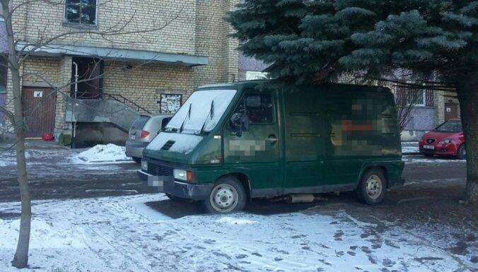 Пурвциемс: угонщики спрятали похищенный автомобиль под елкой