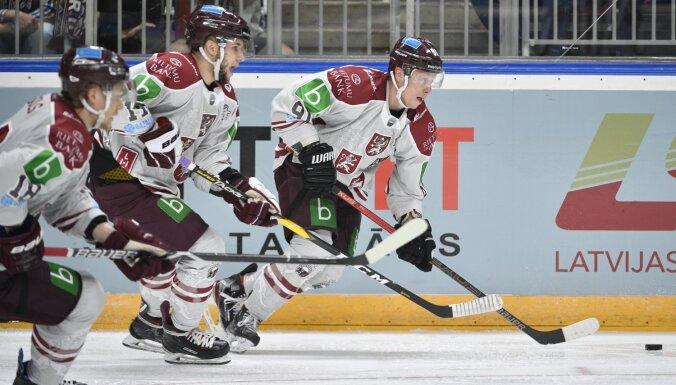 Latvijas hokejisti pārbaudes spēlē pagarinājumā pieveic Krievijas izlasi