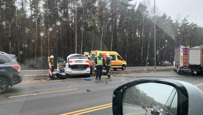 ФОТО: Из-за аварии на Юрмальском шоссе затруднено движение