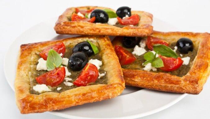 Kārtainās mīklas pīrāgs ar fetu, ķirštomātiem un olīvām