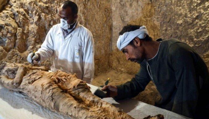 Foto: Ēģiptē kapenēs atrasta 3500 gadus sena mūmija