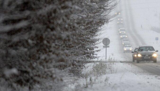 Ceļā uz Rīgu Igaunijā no ceļa noslīd Krievijas tūristu autobuss