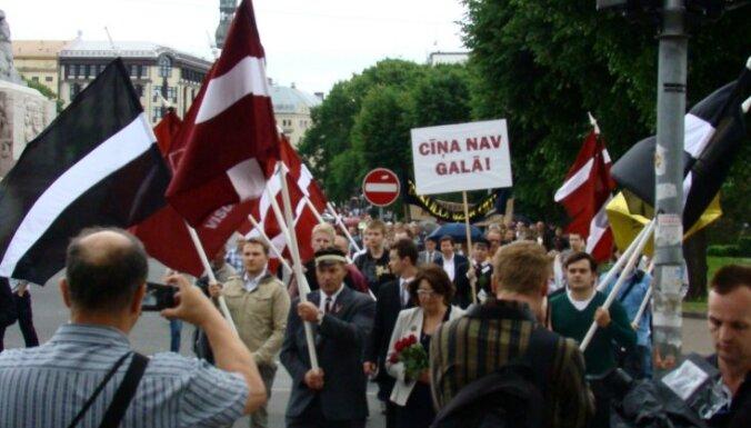 Konstantīns Pupurs atkārto savu vēsturisko gājienu ar Latvijas karogu