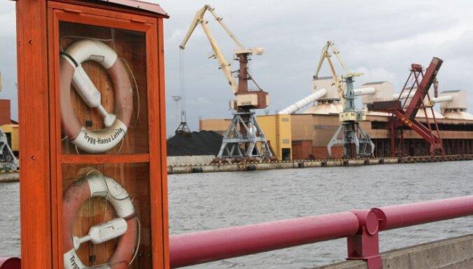 Stiprais vējš kuģu kustību Liepājas un Ventspils ostās neiespaido (papildināts ar foto)