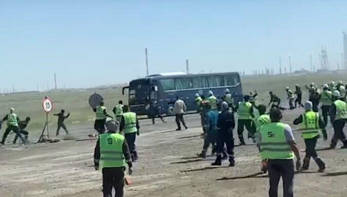 Kazahstānā Tengizas naftas laukos izceļas sadursmes starp vietējiem un ārzemju strādniekiem