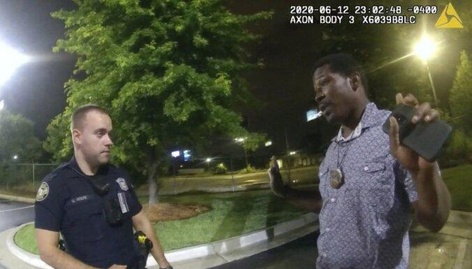 Pēc melnādaina vīrieša nošaušanas aizturēšanas laikā atkāpjas Atlantas policijas šefs