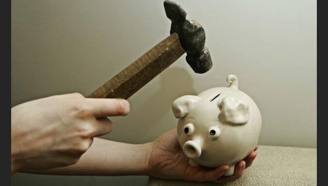 Доходы 90% латвийцев ощутимо упали за год