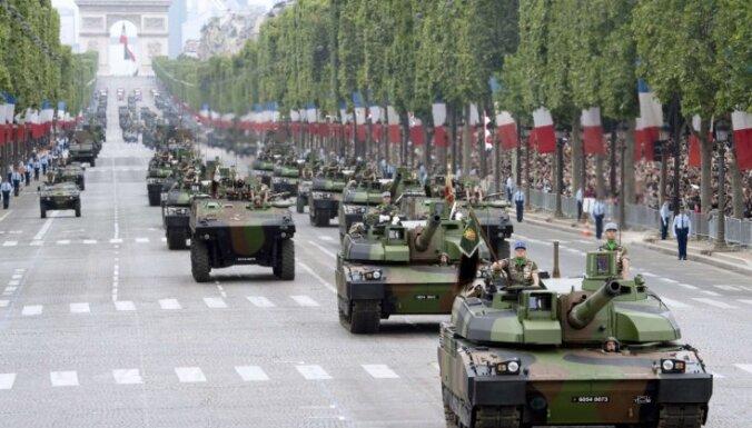 Foto: Tanki Elizejas laukos - Parīzē atzīmē Bastīlijas ieņemšanas dienu