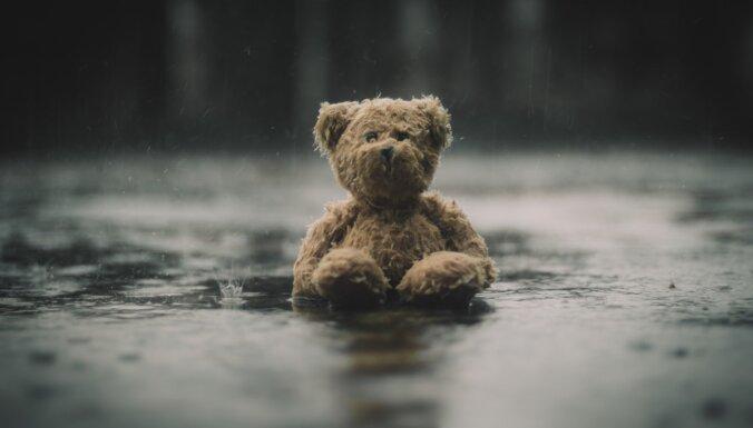 EK informē par bērniem bīstamajām precēm: nedrošas pat mīkstās rotaļlietas