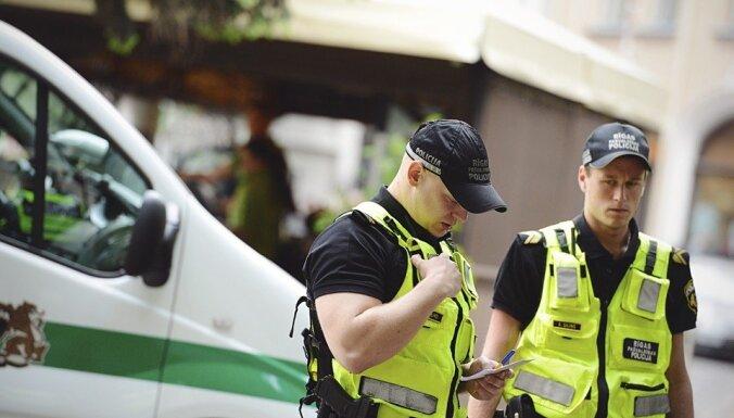 Avotu apkaimē policija dzīvoklī atrod, visticamāk, piekautu bērnu