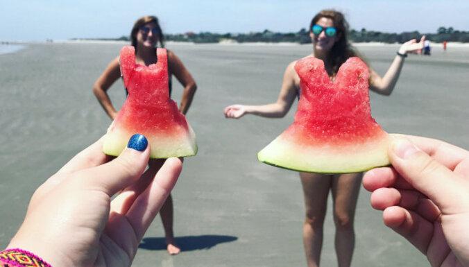 Ļaudis ar skubu metas vasarīgā foto stulbingā