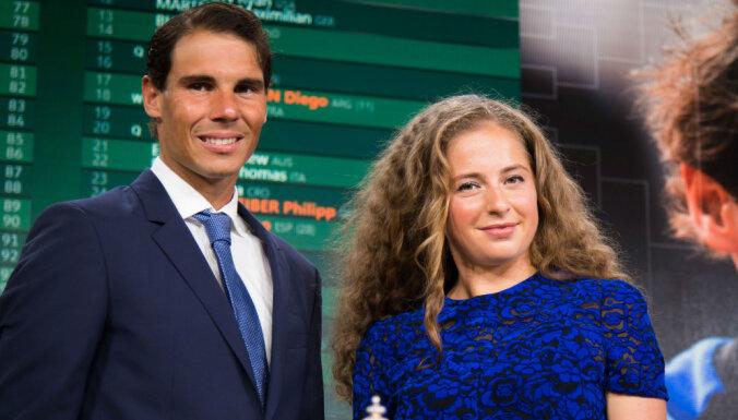 Foto: Ostapenko blakus Nadalam mirdz 'French Open' svinīgajā ceremonijā
