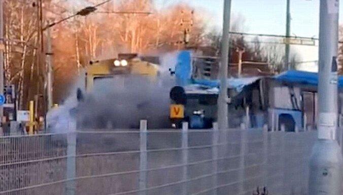 Video: Zviedrijā vilciens ieskrien tukšā autobusā