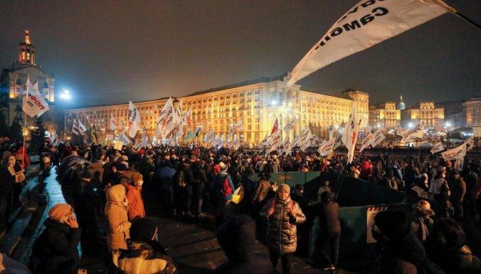 Ukrainā sadursmēs ar protestētājiem cietuši 40 policisti